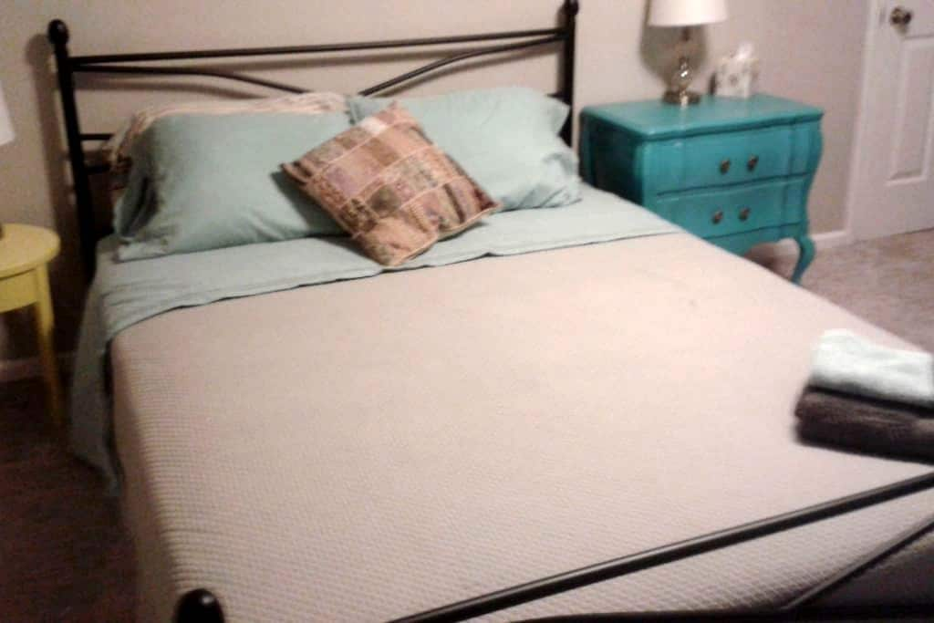 Quiet room with a queen sized bed, upstairs - Greensboro - Ev
