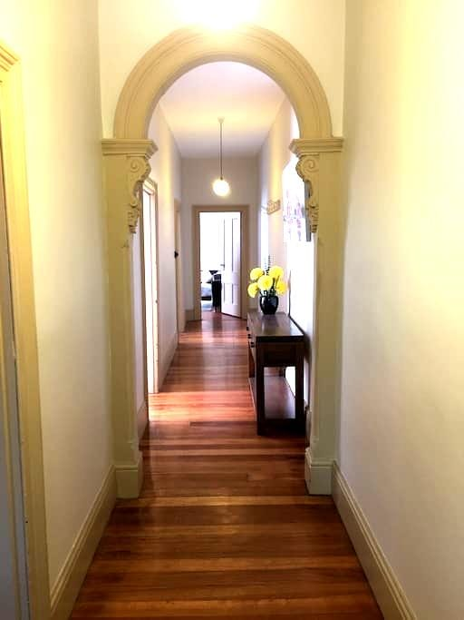 Clean and Contemporary North Hobart Terrace - North Hobart - Huis