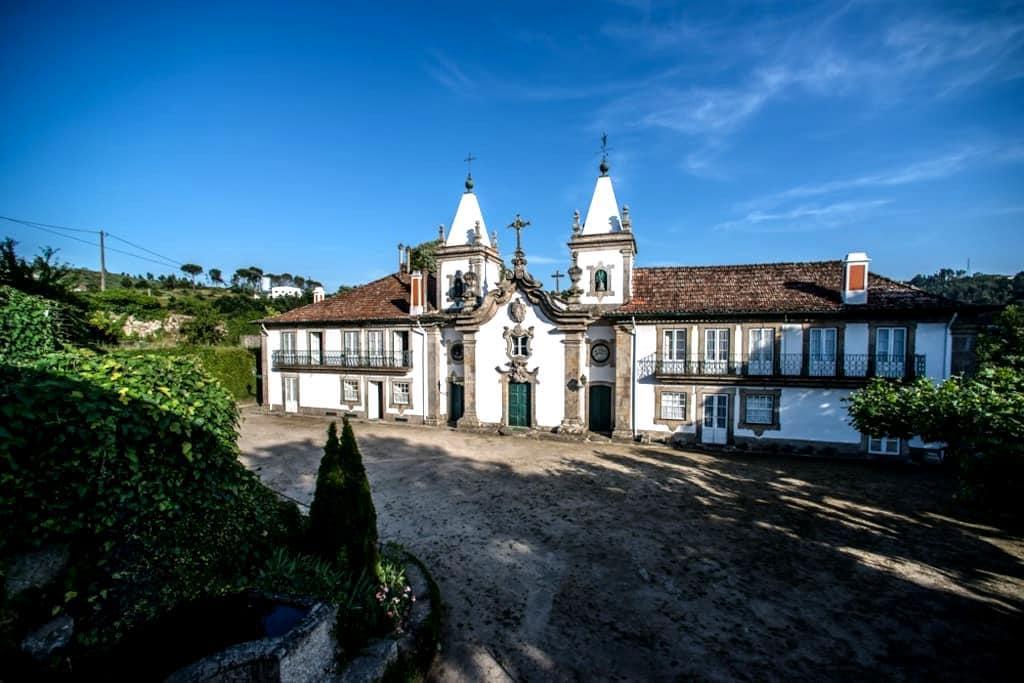 Outeiro Tuías- Double room with garden view - Marco de Canaveses - Гестхаус