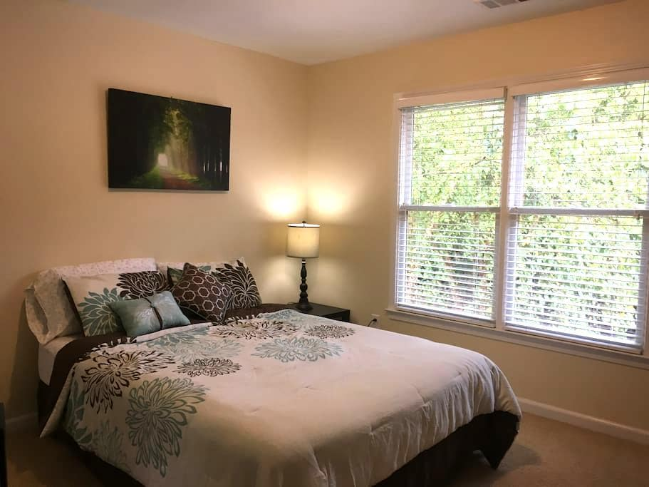 Extremely clean private room w bath - Cumming - Casa