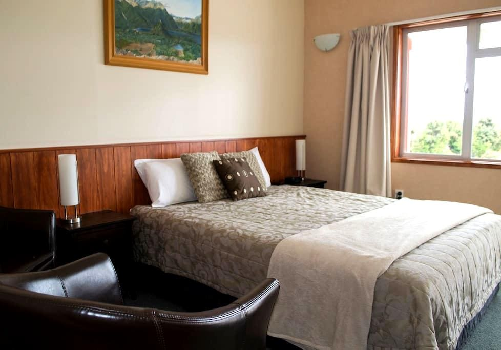 Manapouri Lakeview Motor Inn - Manapouri - Bed & Breakfast