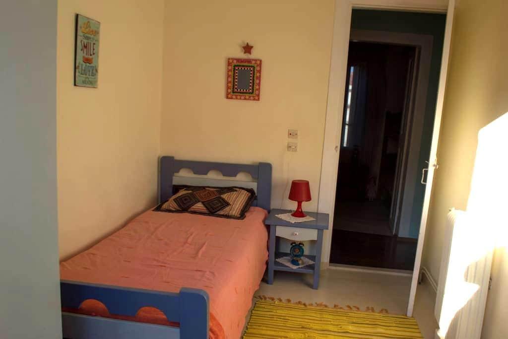 A room in a comfortable cottage near the beach - Mitilini - บ้าน