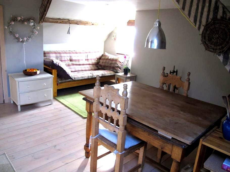 Cosy self contained flat upstairs in our townhouse - Totnes - Loteng Studio
