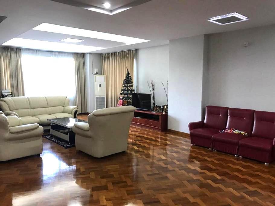 Great room, private bathroom/balcony near downtown - Yangon - Kondominium