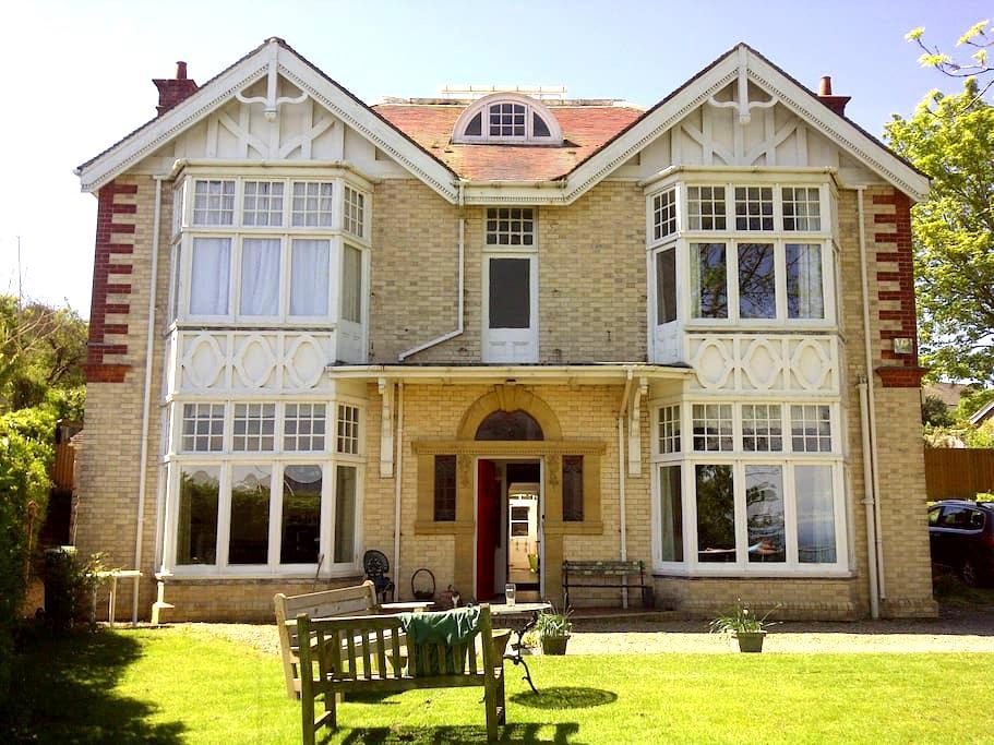 Enormous top floor room! - Ilfracombe - Bed & Breakfast