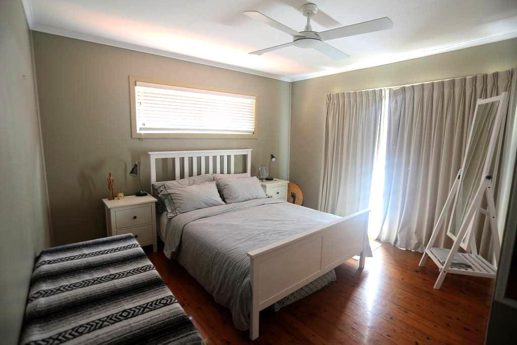Cosy and Spacious Double Bedroom - Currumbin - 一軒家