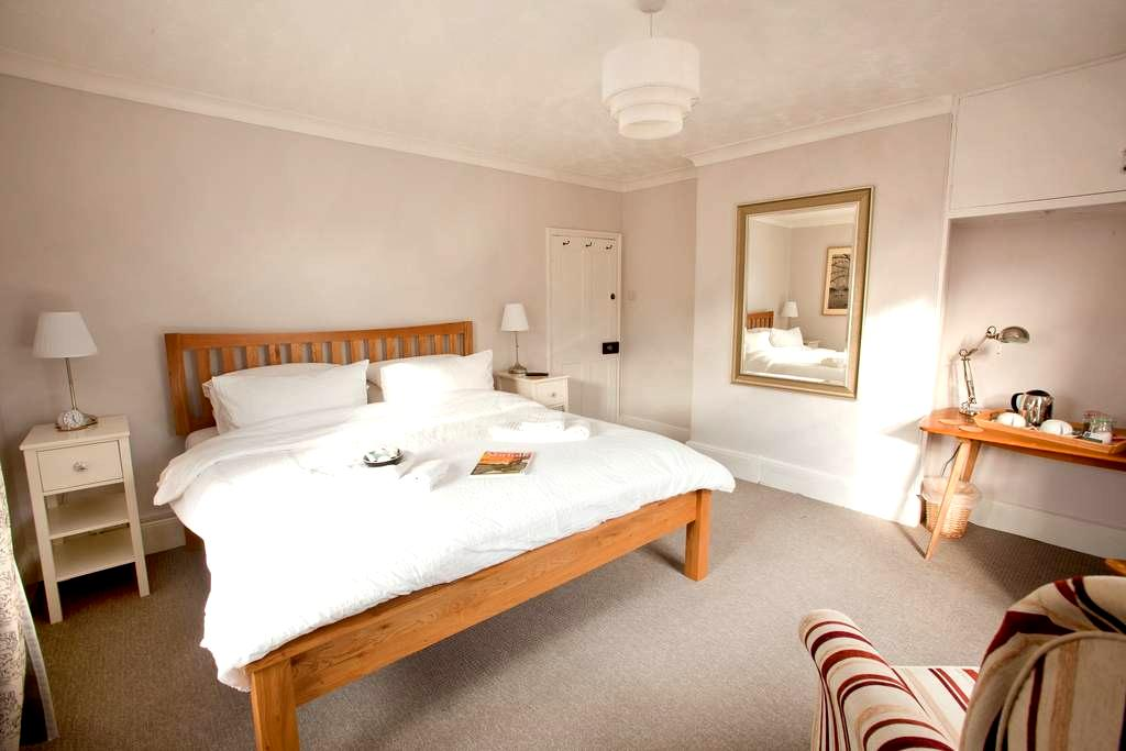 Bright, sunny room, INCLUDES COOKED BREAKFAST - Yaxham - Ev