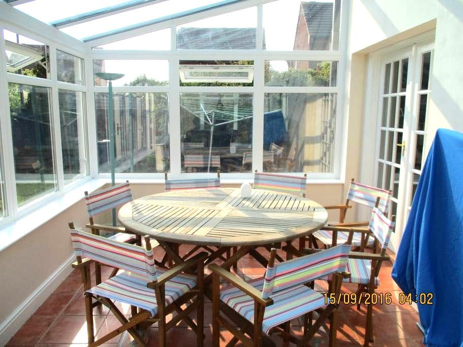 Modern house with lovely garden and conservatory - Bradley Stoke - Casa