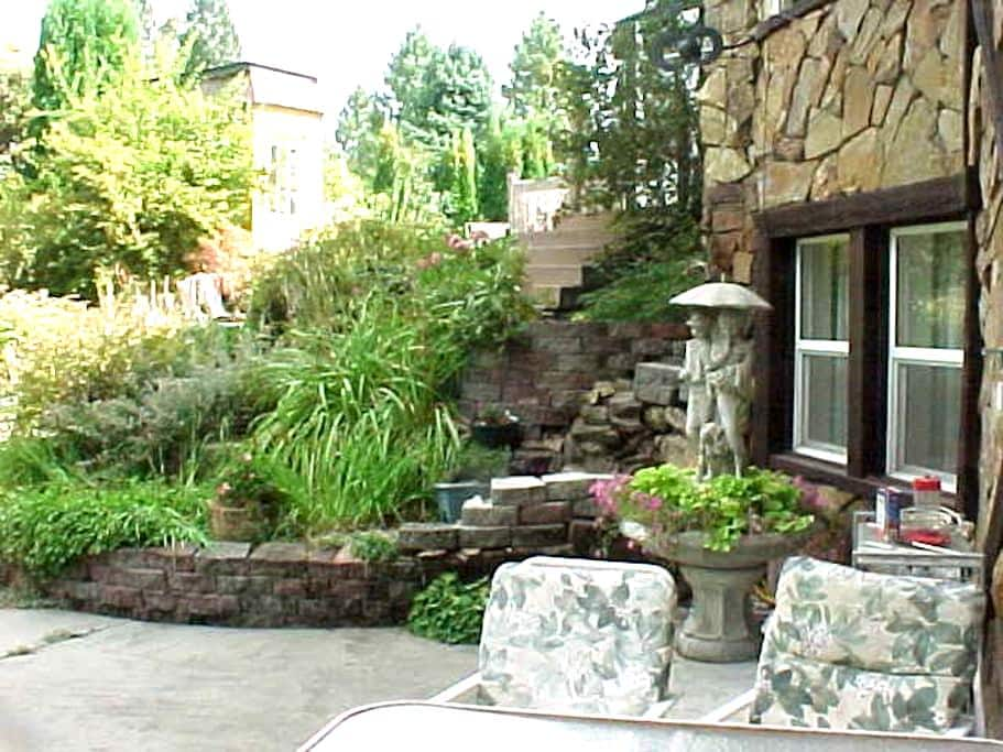 Large, 2 bedroom walk out apartment - Post Falls