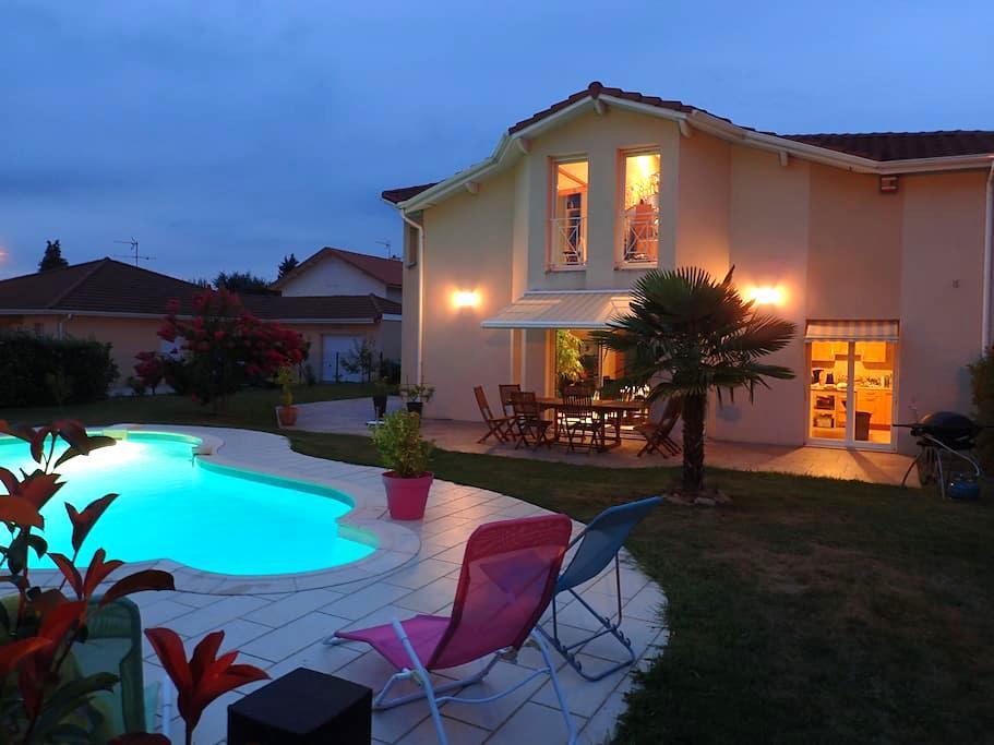 Chambres au calme sdb privée piscine & petit dej. - Viriat - House