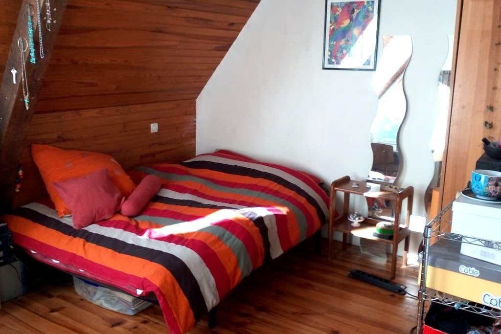 Chambre double dans grande maison avec jardin - Laloubère