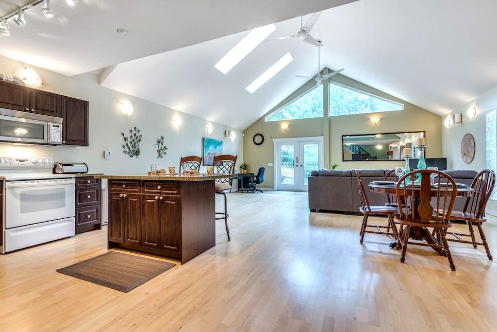 Private and Spacious Guest House - Maple Ridge - Gjestehus