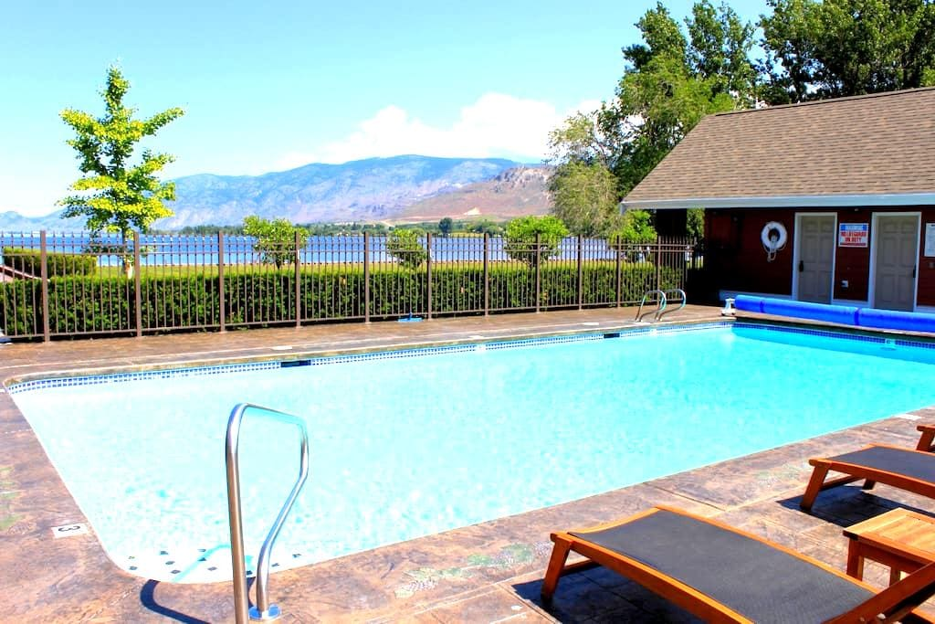 Gorgeous 3 Story Townhouse on Lake Osoyoos - Oroville - Stadswoning