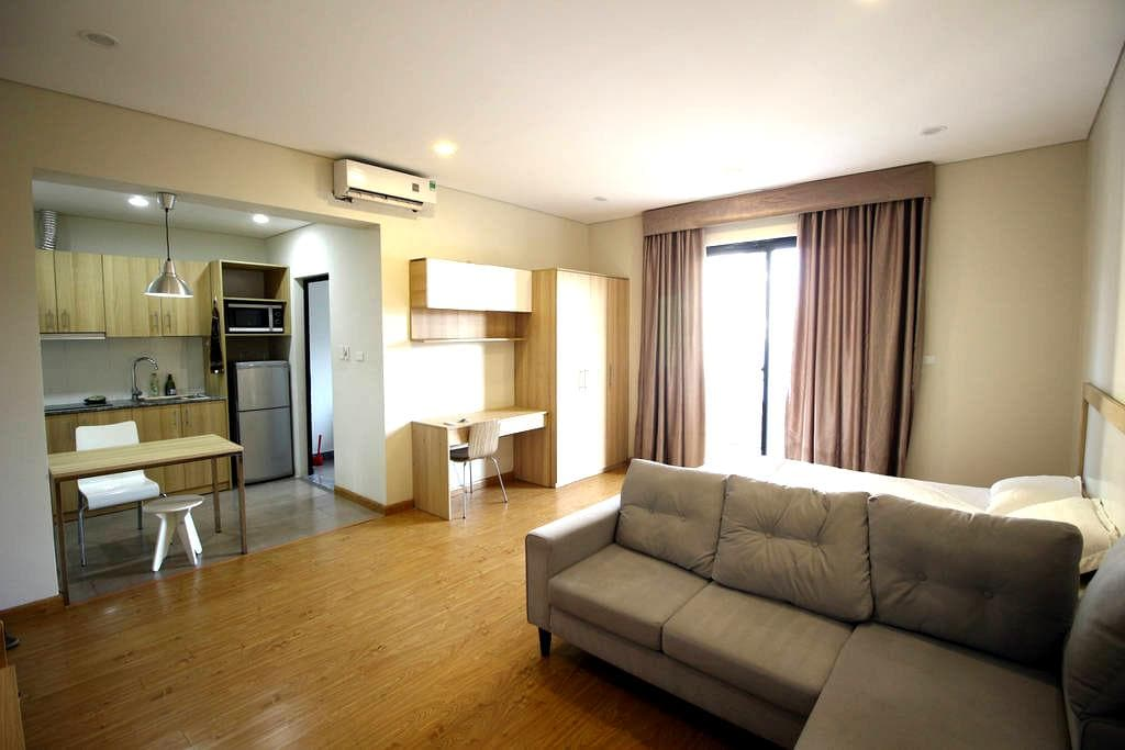 Studio w Kitchen & Balcony, #401 Do Hanh Apartment - Hanoi - Byt