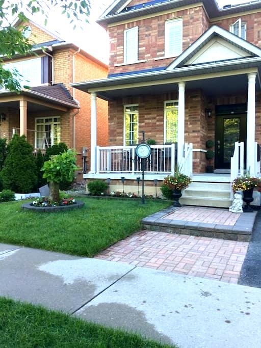 Executive Home with Finish Basement - Milton - Rumah