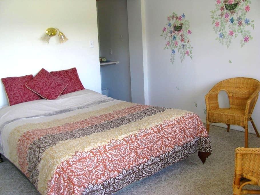 2) CROSS: queen bed, private washroom - Radium Hot Springs - Хостел