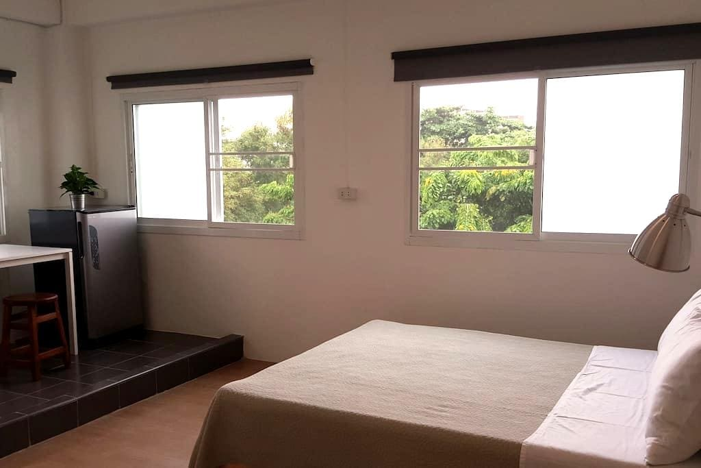4/4 - Newly renovated A/C queen room - Bangkok