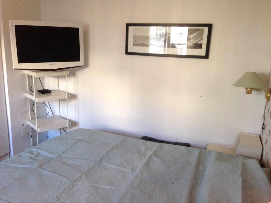Rum med dubbelsäng i närförort - Solna - Bed & Breakfast