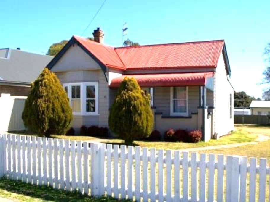 """""""Bower Brae"""" self contained house - Uralla"""