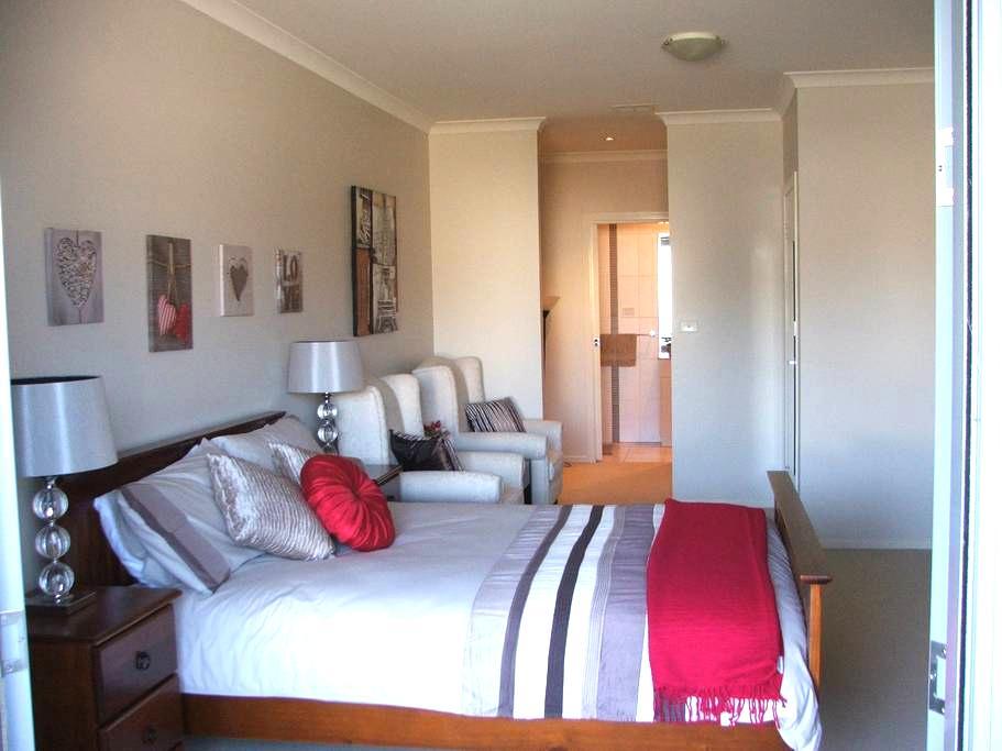Large private room-ensuite - Bruce - Apartment