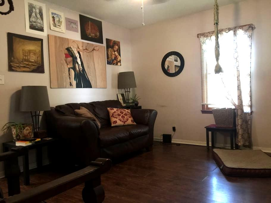 Private room, close to downtown, KU - Lawrence - Casa