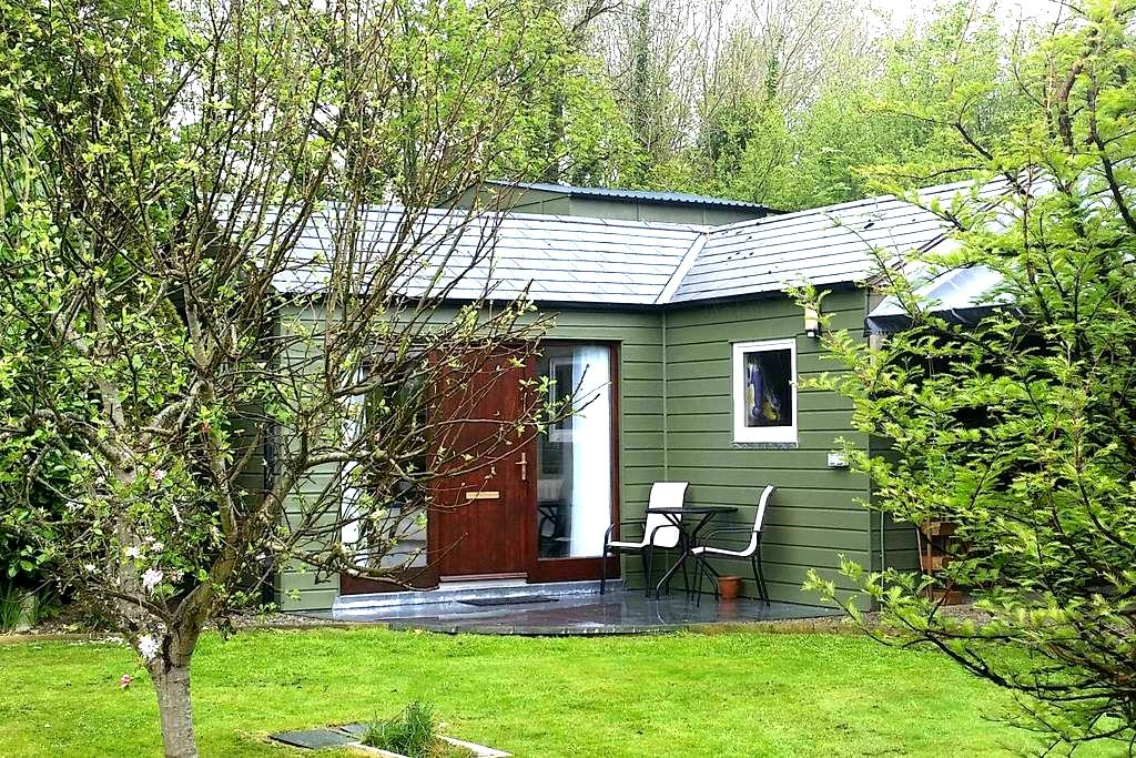 Seperate Garden room,ensuite& patio - Nr Ringaskiddy  - Chalet