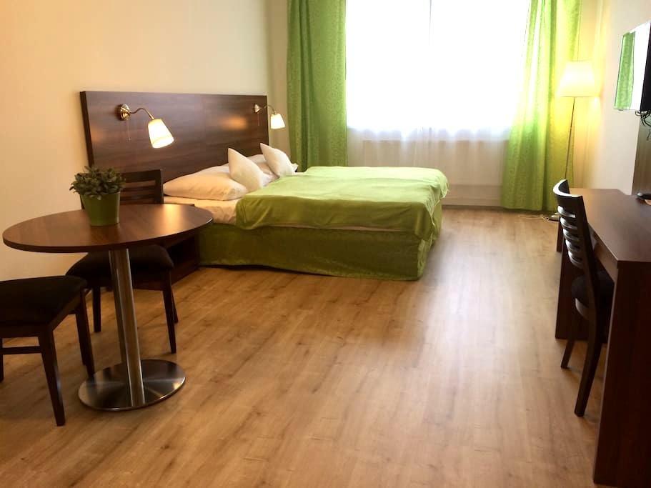 Long stay, cool price, flat at metro station /42 - Praga - Apartamento