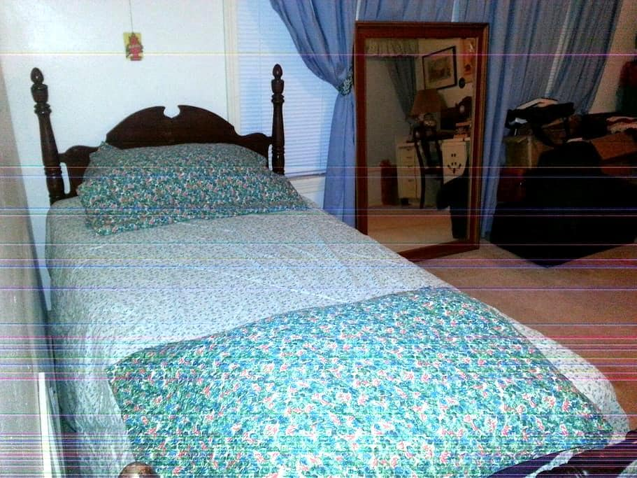Single bed, Comfortable and quiet. Roomy. - Corpus Christi - House