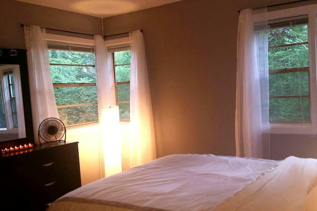 Historic 1 bd apt with wooded view - Oak Ridge - Lägenhet