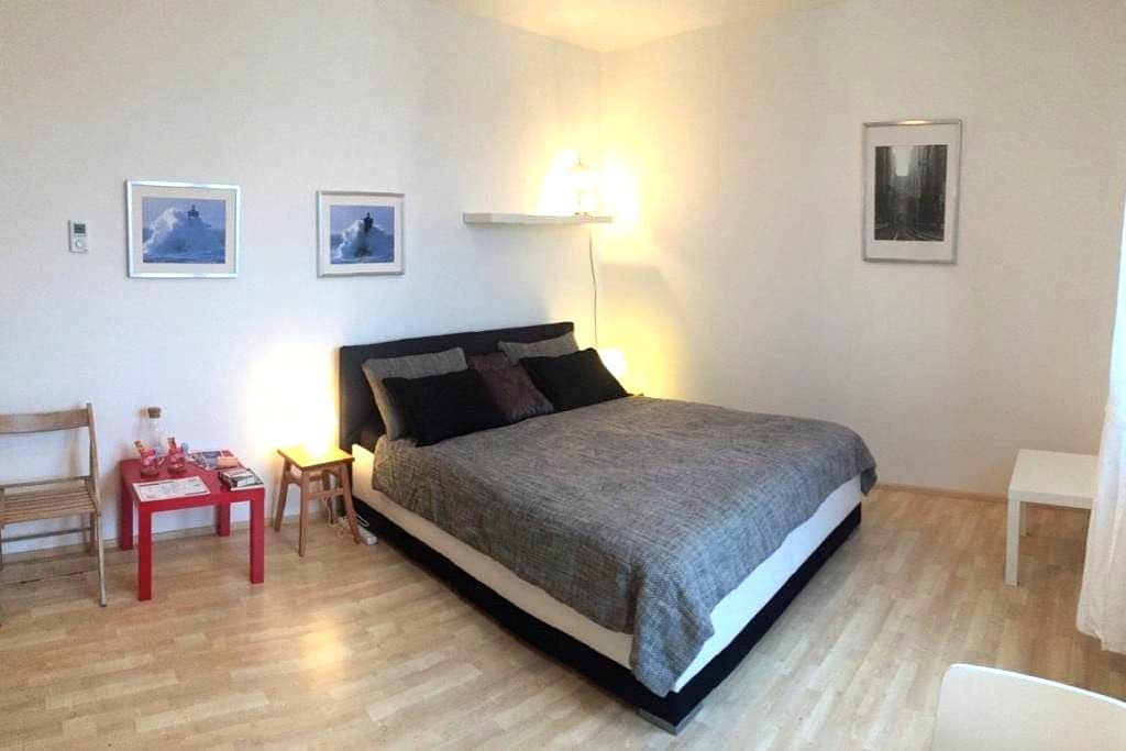 MODERN Apt -10min CENTER &FREE parking + QUEEN Bed - Praga