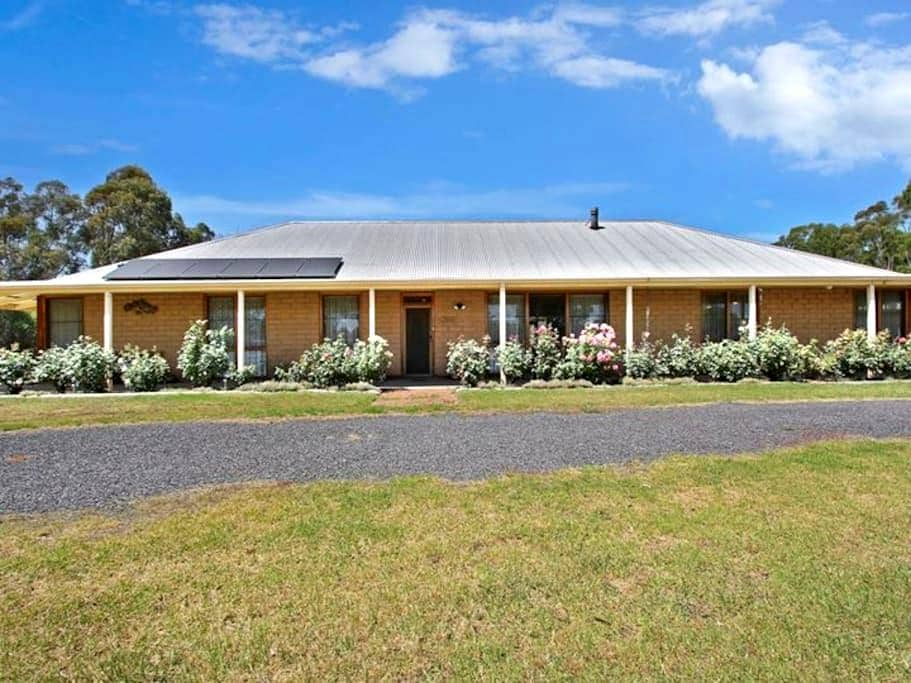 COUNTRY BEAUTY -   The Perfect Retreat in Town - Yarrawonga