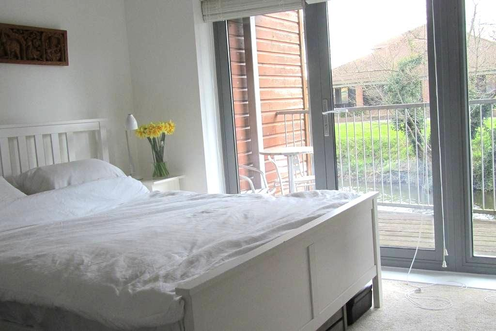 Double room in central Guildford, bright riverside - Guildford - Talo