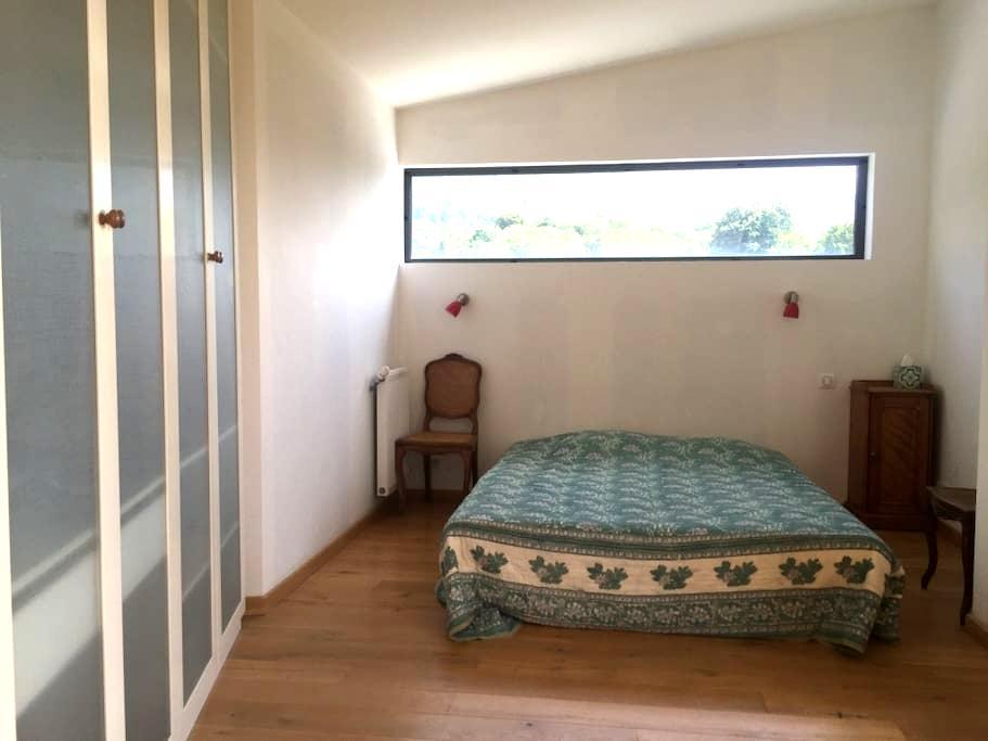 Grande chambre dans maison en bois - Coublevie - Dom