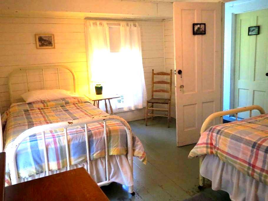 Eagle Aerie, Pvt, 2 single beds - Brooksville - Vandrarhem