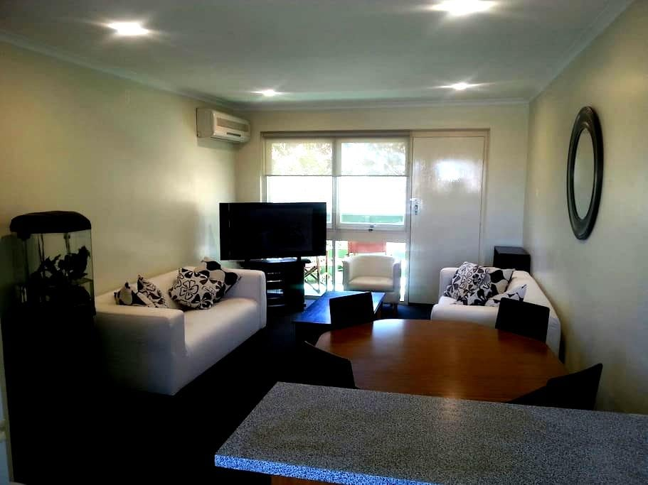 Comfortable and Relaxing 2 bedroom unit at Glenelg - Glenelg North - Appartement