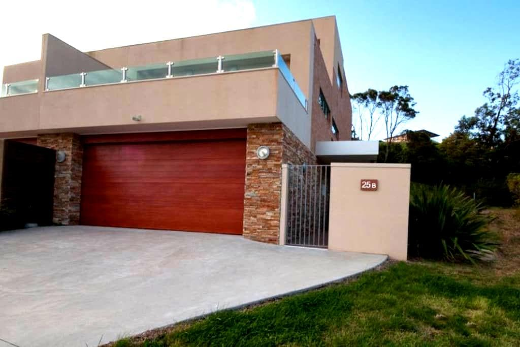Top 20 lakes entrance accommodation holiday rentals for Beach house builders gippsland