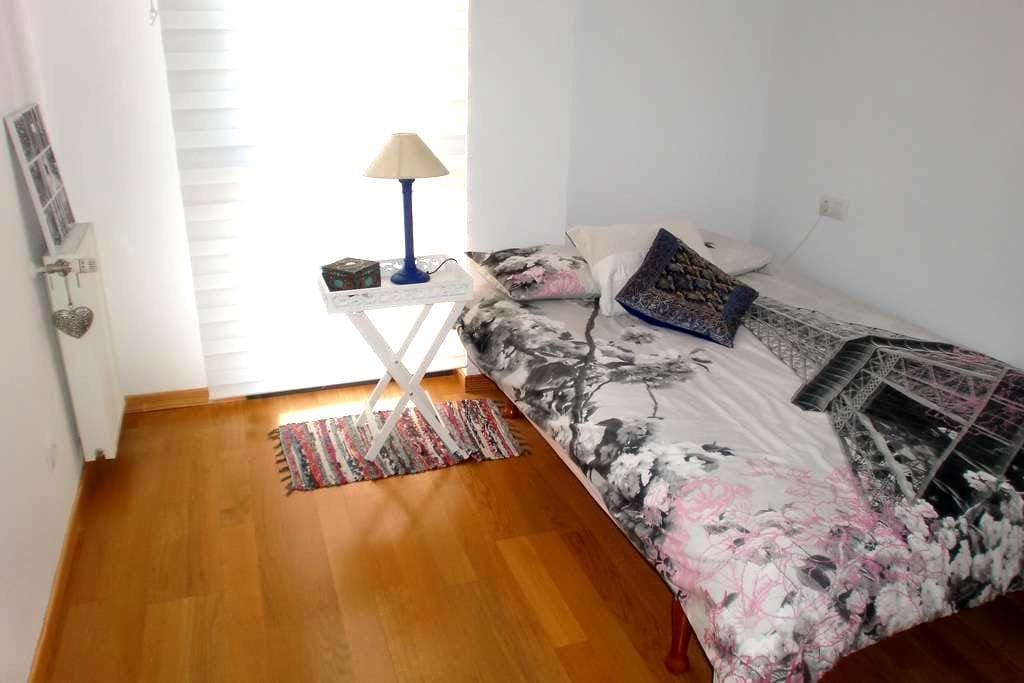 Habitación doble a 5Km del centro de Pamplona - Sarriguren - 独立屋