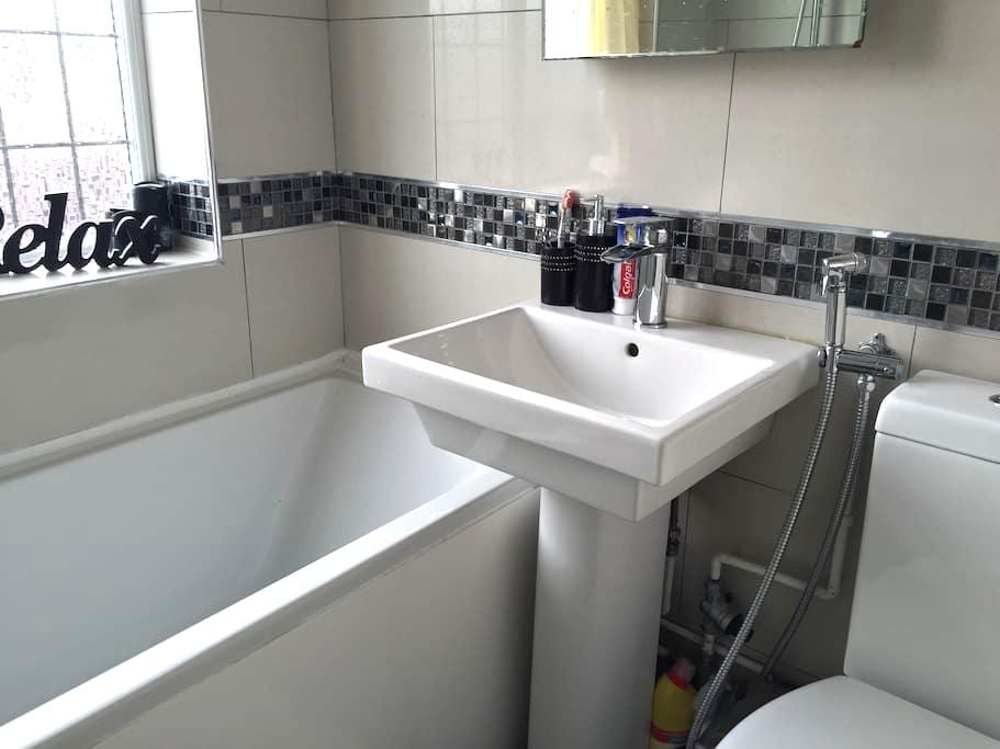 Clean and friendly home, - Luton - Huis