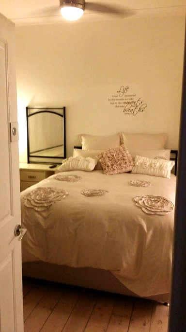 Master bedroom with ensuite, TVwifi - Shepparton - Huis