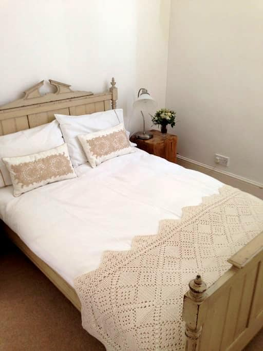 ZEDA ROOM 2 (Small double bed) - Richmond - Casa
