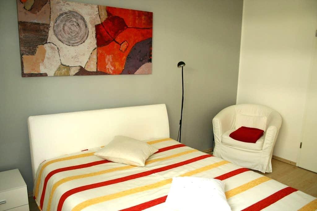 Room near Munich Messe ICM and subway - มิวนิก