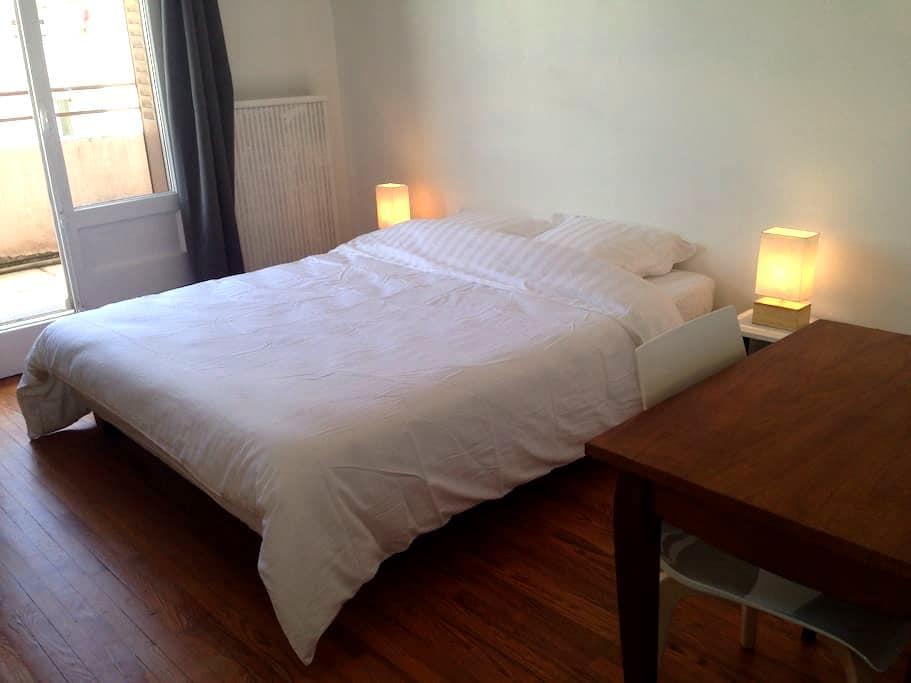 Grande chambre avec balcon - Annecy - Apartment