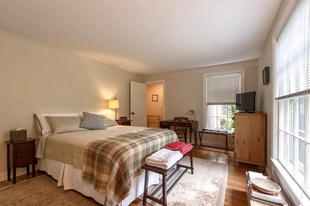 Lovely private bedroom suite - Wayland - Dům