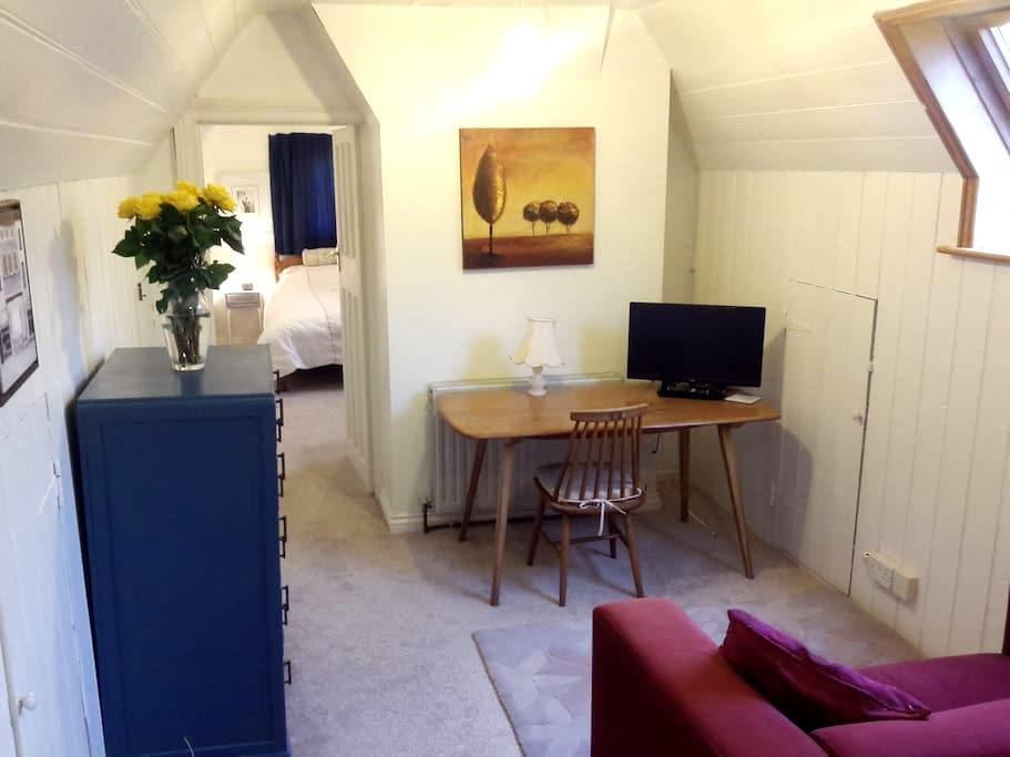 bedroom,sitting room  &  bathroom - Cheltenham - Bed & Breakfast