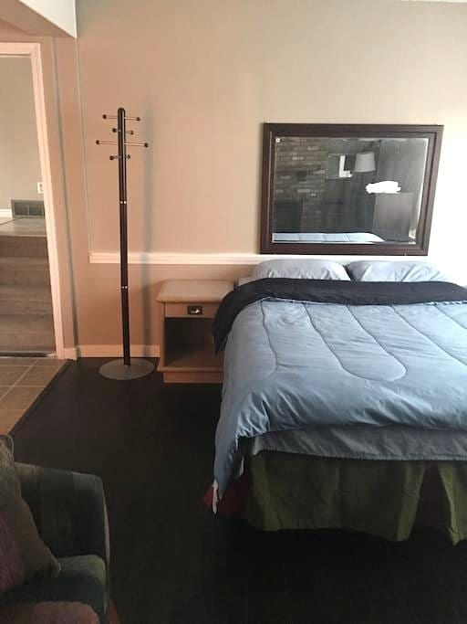 Beautiful suite mins from downtown - Calgary - Apartment