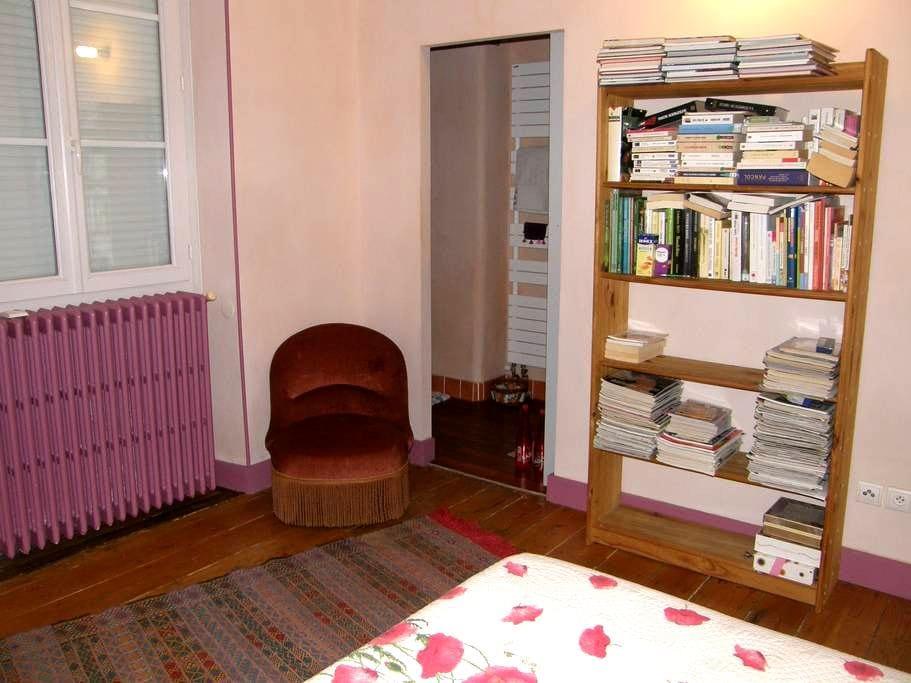 Chambre agréable grande maison proche banlieue - Bègles - Casa