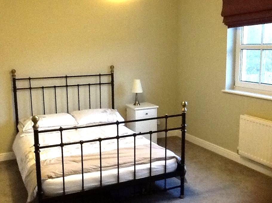 Comfortable double bedroom with en-suite bathroom - Newtongrange
