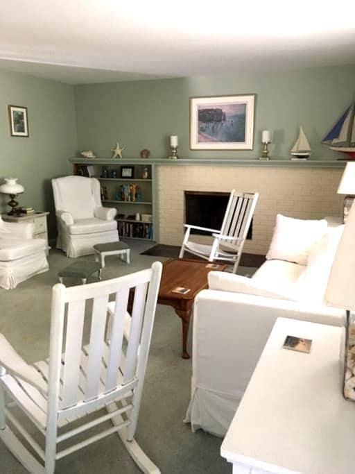 Burlington Beach Getaway - Burlington - House