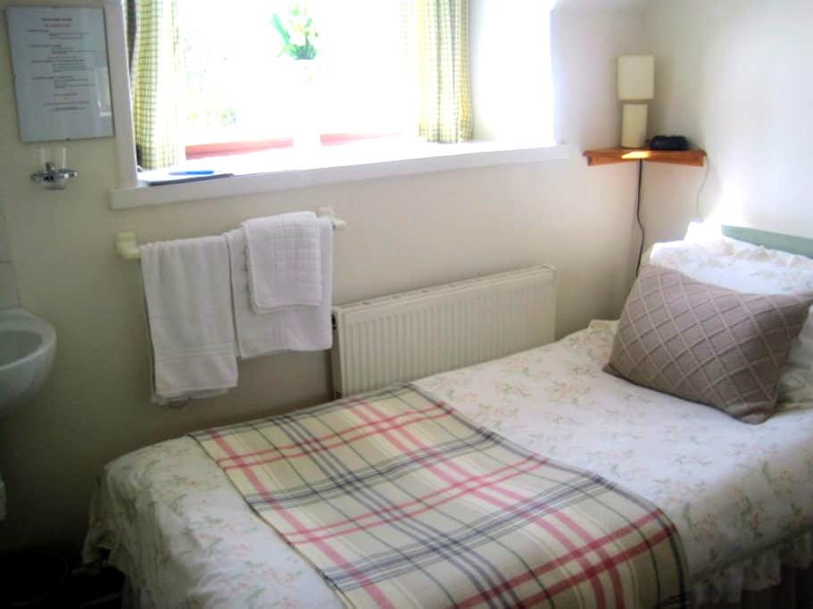 Single, shared BR, Brodie, Scotland - Forres - Bed & Breakfast