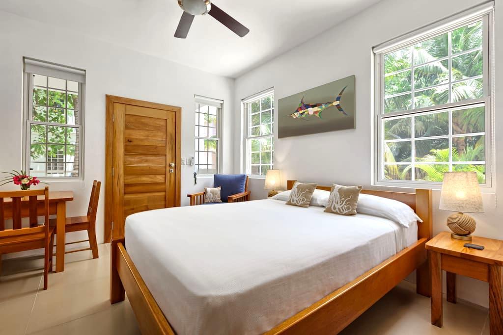 Weezie's Oceanfront Hotel Small Studio - Flat